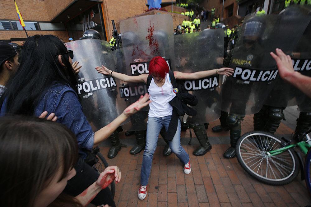 Колумбияда букалардын урушуна каршы чыккандардын аракети мушташ менен аяктады. Алар полицияга карата таш ыргытканда укук коргоо органдары көздөн жаш агызуучу газ колдонгон