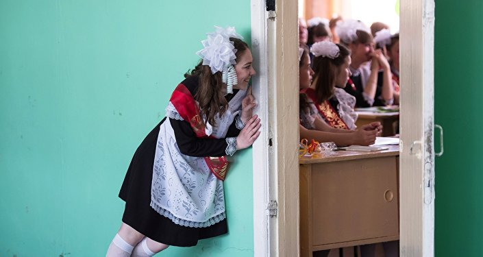 Школьница у класса. Архивное фото