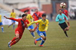 Футболисты туркменского клуба Балкан и бишкекского Дордоя на матче в рамках квалификации на Кубок Азиатской конфедерации футбола (AFC) в городе Ош