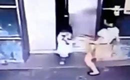 Мать пнула дочь, чтобы спасти от захлопывающихся дверей лифта в Малайзии