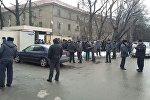 УКМК имаратынын алдында Аида Салянованын 40ка жакын тарапташы чогулганын Sputnik Кыргызстан агенттигинин кабарчысы жеринен билдирди