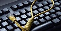 Петля сделанная из компьютерного кабеля на компьютерной клавиатуре. Архивное фото