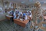 Медицина факультетинин студенттери. Архивдик сүрөтү