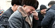 Пожилой мужчина скорбит во время похорон жертв авиакатастрофы в Дача СУ. Архивное фото