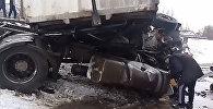 Поезд снес фуру в селе Маловодном под Бишкеком — кадры столкновения
