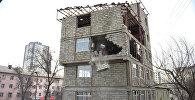 Бишкектин чок ортосунда мыйзамсыз курулуп жаткан беш кабаттуу үй буздурулуп жатат