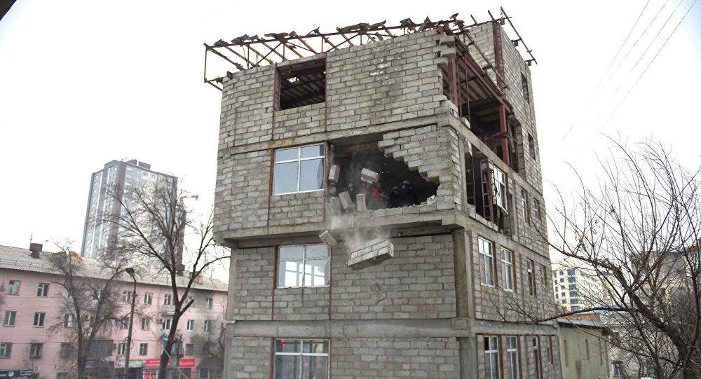 Снос незаконно возводимого пятиэтажного здания на пересечении улицы Токтогула и проспекта Манаса