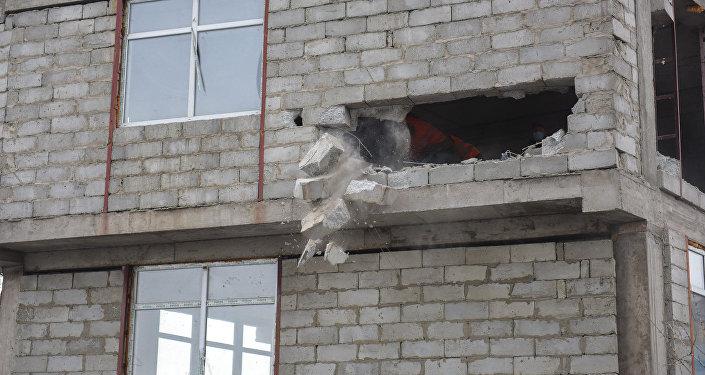 Сегодня начался снос незаконно строящегося пятиэтажного здания на пересечении улицы Токтогула и проспекта Манаса.