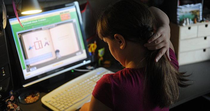 Ребенок за компьютером. Архивное фото