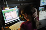 Компьютер колдонуп жаткан өспүрүм кыз. Архив