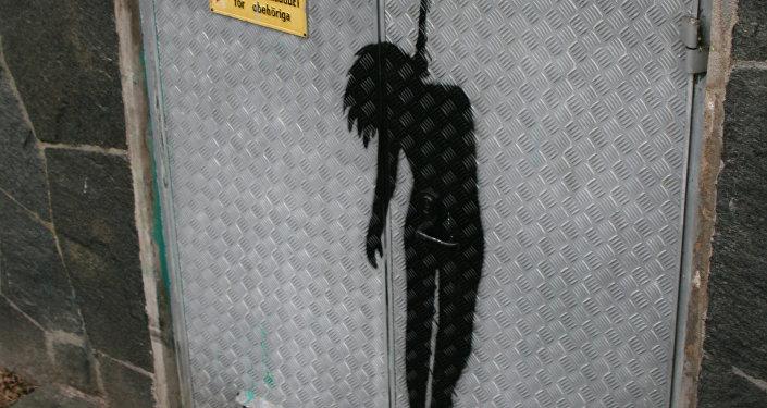 Рисунок повешенного подростка на стене. Архивное фото
