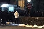 Люди возле здания Госкомитета национальной безопасности КР, куда приехала на допрос Аида Салянова