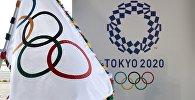 Олимпийский флаг и логотип летних олимпийских игр Токио 2020. Архивное фото
