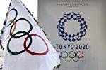 Олимпийский флаг и логотип летних олимпийских игр Токио 2020 года. Архивное фото