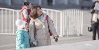 Женщина с ребенком на площади Ала-Тоо в Бишкеке. Архивное фото