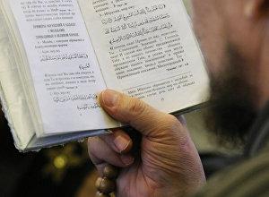Куран китебин окуп жаткан имам. Архив