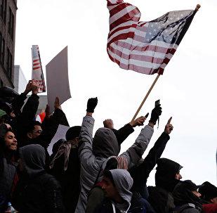Демонстранты принимают участие в акции протеста со стороны йеменской общины против распоряжения президента США Дональда Трампа временно запрещающего въезд иммигрантов в США в Нью-Йорке. Архивное фото