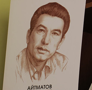 Полкадагы китептер жана улуу жазуучу Чыңгыз Айтматовдун портрети. Архив