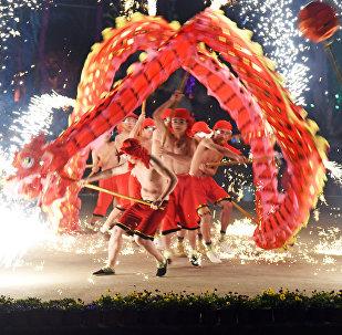 Люди исполняют танец дракона во время празднования китайского нового года