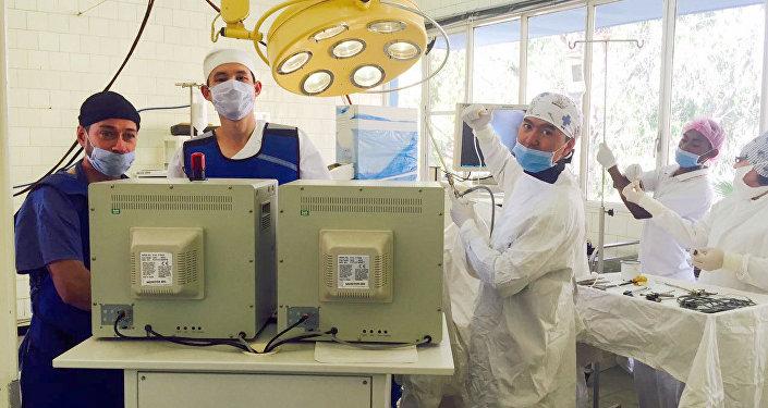 Бишкекский врач Билгуун Бадрах во время операции