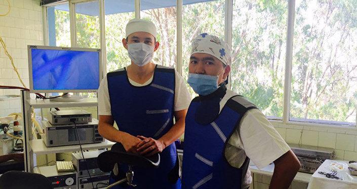 Бишкекский врач Билгуун Бадрах с коллегой во время операции