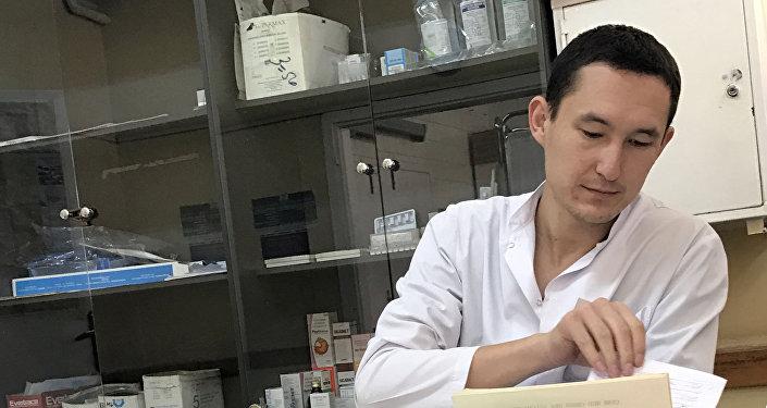 Бишкекский врач Билгуун Бадрах во время работы