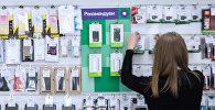 Продавец-консультант салона сотовой связи, во время работы. Архивное фото
