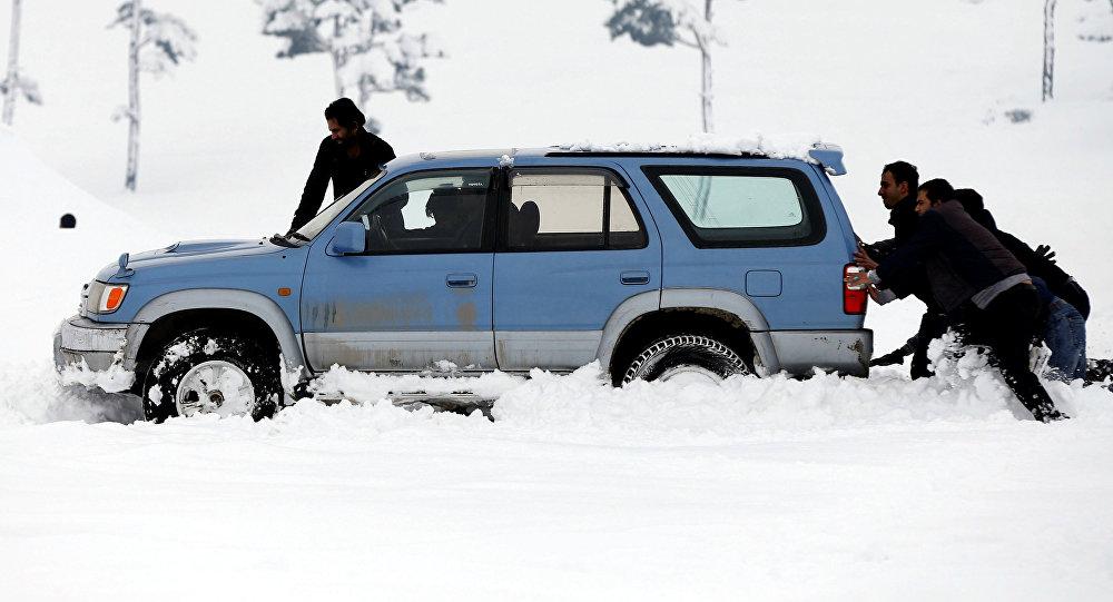 Спасатели вытащили из снежных заносов три автомобиля