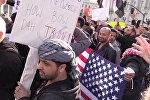 Около трех тысяч американцев в субботу вечером вышли протестовать в штате Флорида, куда прилетел президент США Дональд Трамп на выходные. Демонстрации и митинги против подписанного Трампом указа о защите США от терроризма прошли также в других городах страны.