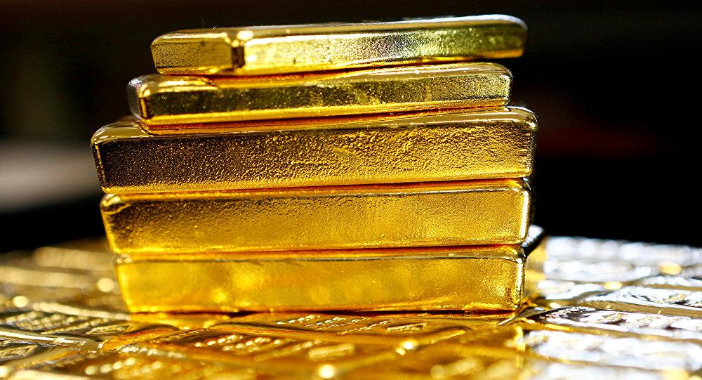 Золотые слитки в заводе. Архивное фото