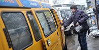 Пассажир у маршрутного такси в одном из районов Москвы. Архивное фото