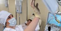 Медсестра в больничной палате. Архивное фото
