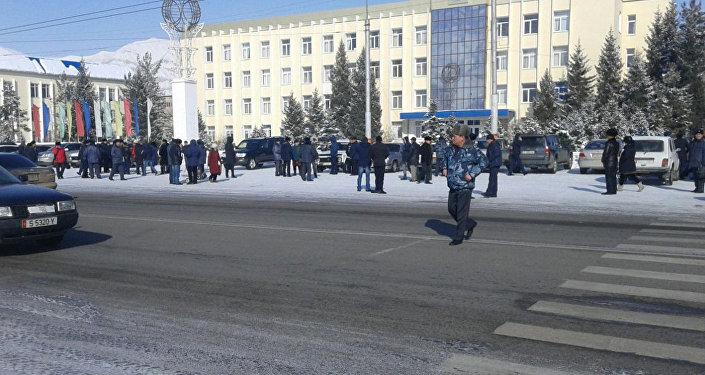 Жители города Нарын, на митинге на центральной площади