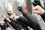 Молодые люди показывают кулаки. Архивное фото
