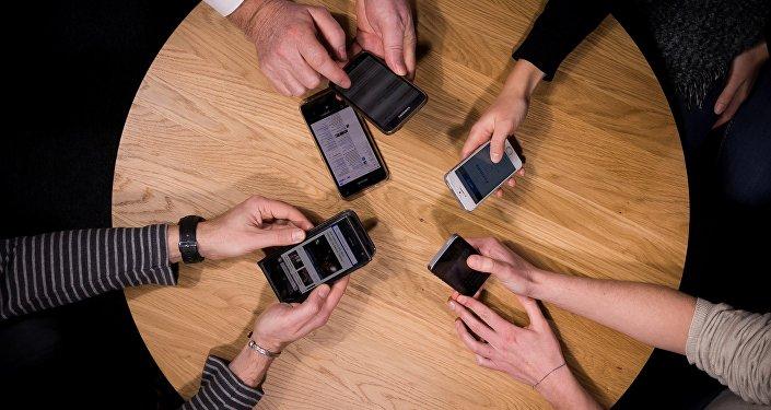 Люди с сотовыми телефонами. Архивное фото