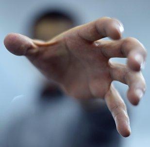 Мужчина вытягивает руку. Архивное фото