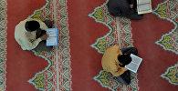 Архивное фото мусульман, которые читают коран в мечети