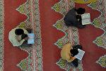 Мечиттеги мусулмандар. Архивдик сүрөт
