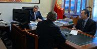 Өлкө башчы Алмазбек Атамбаев транспорт жана жолдор министри Жамшитбек Калиловду кабыл алуу учурунда