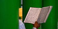 Мусульманин читает коран в мечети. Архивное фото