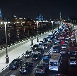 Автомобильное движение на Кремлевской набережной в Москве.
