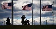 Люди возле флага США. Архивное фото