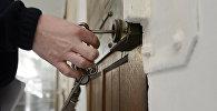 Надзиратель открывает дверь в тюрьме. Архивное фото