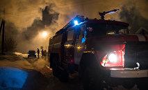 Пожарная машина на месте тушения пожара. Архивное фото