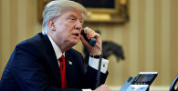 Архивное фото президента США Дональда Трампа, говорящего по телефону
