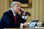 АКШ президенти Дональд Трамп телефон менен сүйлөшүүсү. Архивдик сүрөт