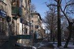 Люди идут по бульвару Эркиндик в Бишкеке. Архивное фото
