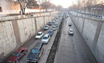 Автомобили на проспекте Манаса в Бишкеке. Архивное фото