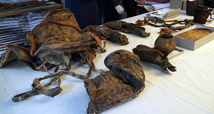 Обнаруженное в горах Монголии мумифицированное тело женщины с кроссовками Adidas относится к IX-X векам — это время правления Кыргызского каганата