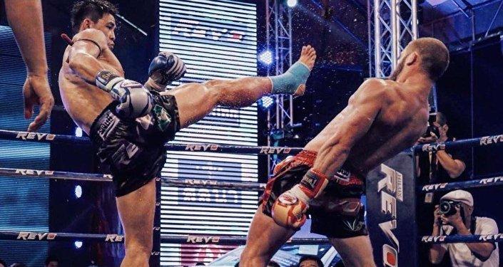 Кикбоксер из Кыргызстана Рафаэль Физиев во время боя со звездой тайского бокса Согро Петьинди